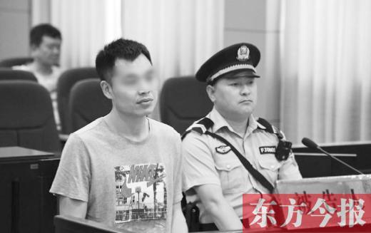 被告人常某(左)到庭参加诉讼
