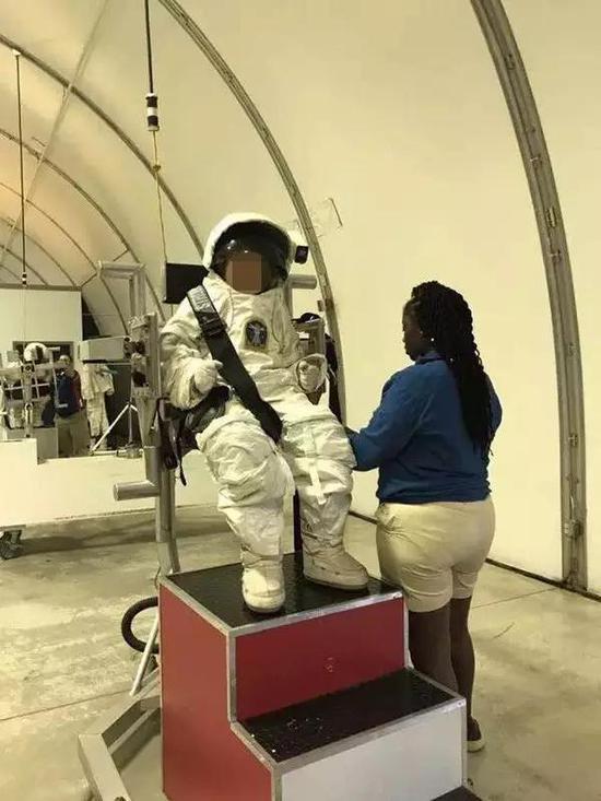 去美国游学的学生在NASA太空营体验学习。