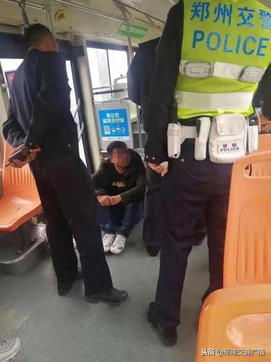窃贼早班公交车上伸手行窃,2名交警上车亲自擒拿蟊贼