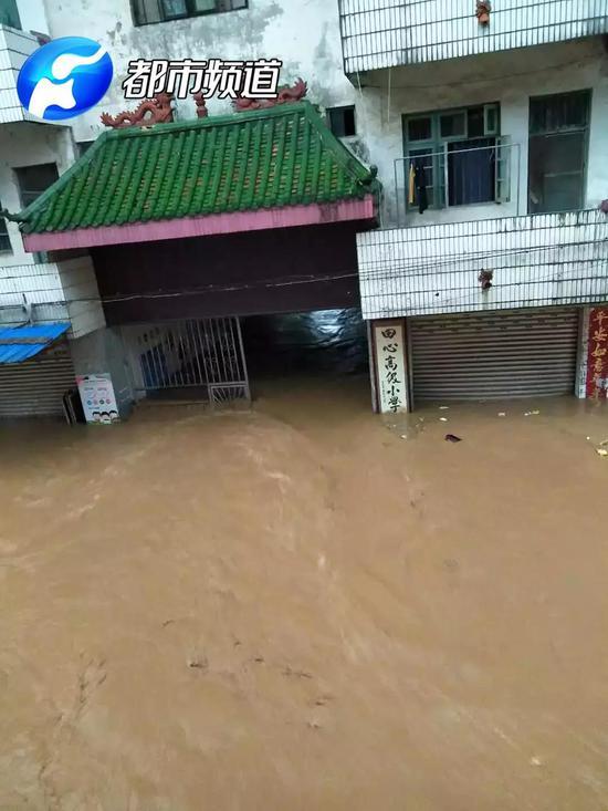 居民家电也被洪水冲了出来