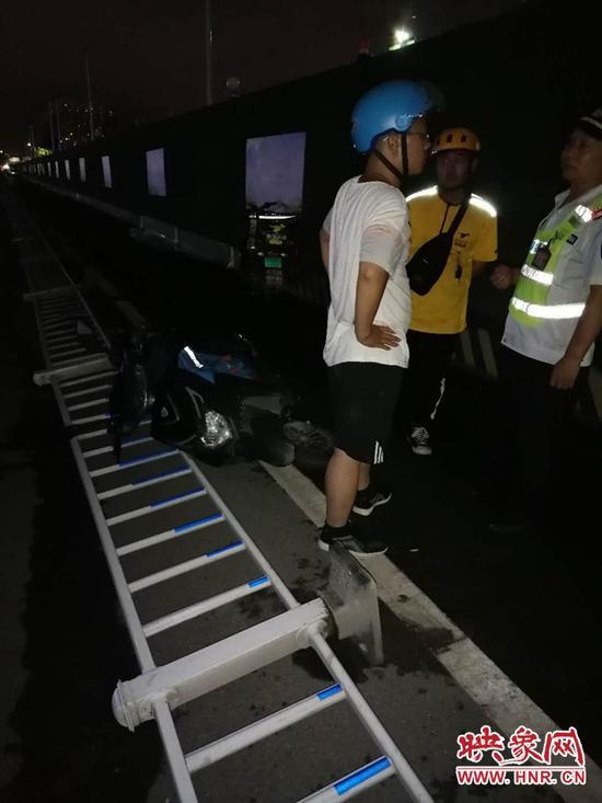 郑州街头外卖员逆行相撞 路边隔离护栏倒了300米