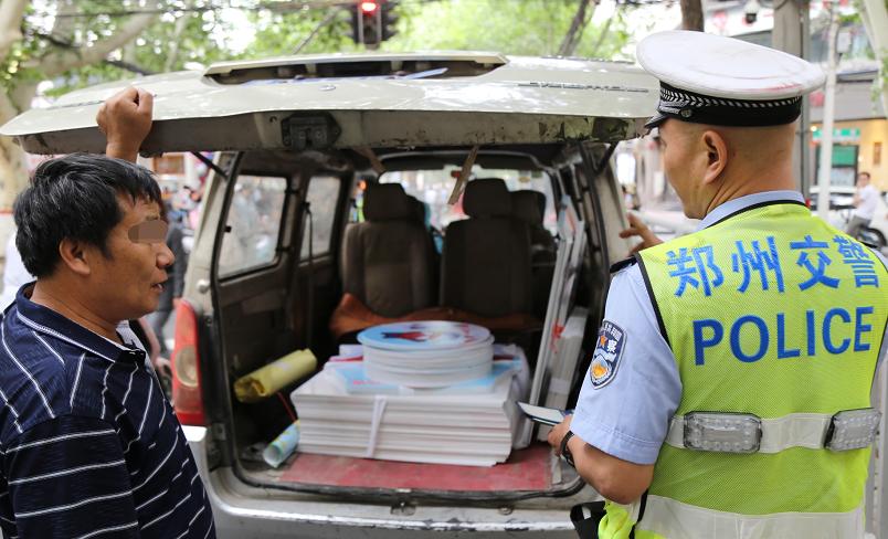 """郑州街头小客车当临时仓库 简直就是""""定时炸弹"""""""