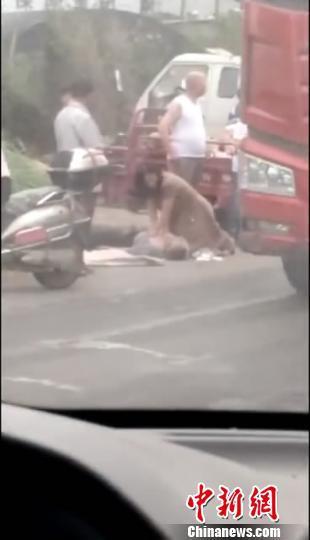 事发当日,王亚丽跪在路边为晕倒老人做人工急救。禹州市第二人民医院供图