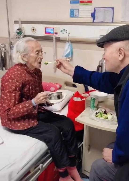 郑州一老人住院95岁老伴喂饭 护士称是最美爱情的模样