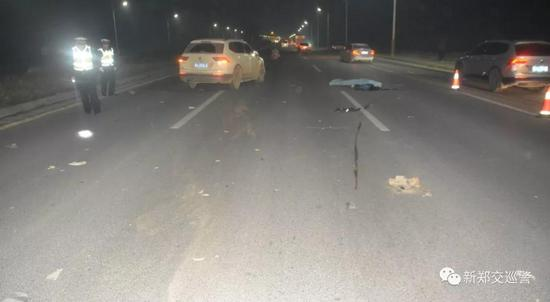 新郑一轿车连超22辆车 撞上摩托致骑手死亡