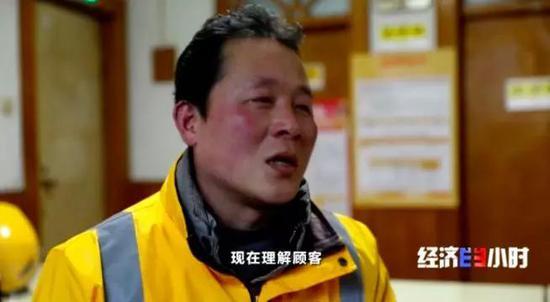 """郑州快递员三年送外卖总里程绕地球四圈 人称""""单王"""""""