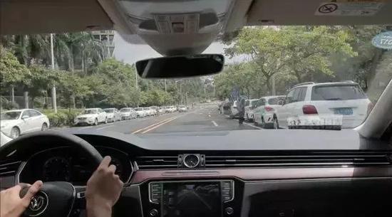 3旁边有并行车辆时,错开距离