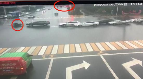 新密一电动车闯红灯被撞 非要轿