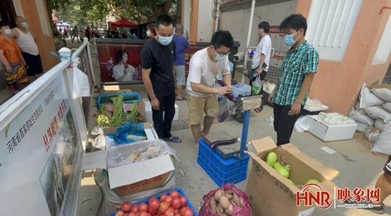 探访郑州封控区一线实况全天候专人值守 果蔬供给充足