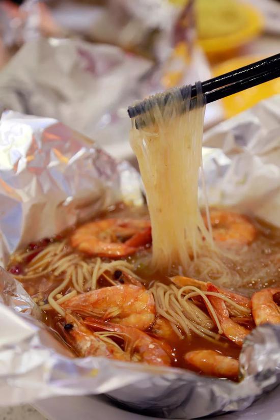 郑州大街小巷火到没朋友的爆款小吃,连碗都省了!