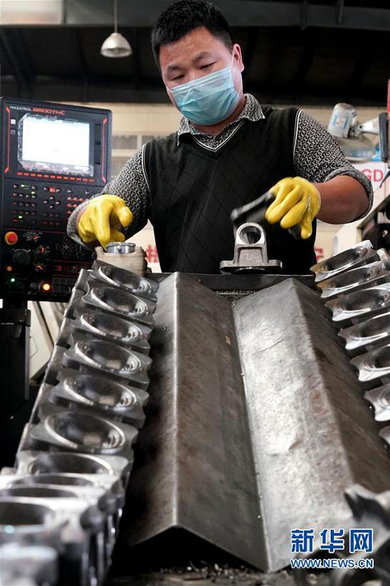 4月21日,工作人员在许昌远东传动轴股份有限公司的生产车间内作业。