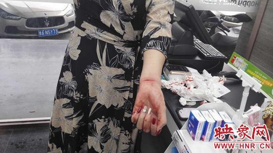 女子因感情受挫割腕自杀 郑州民警5分钟赶到现场营救