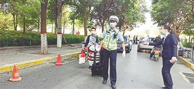 郑州交警全力护航 复学交通保障工作