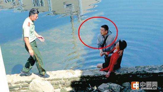 刘建防(图中红圈处)跳河救出落水女子