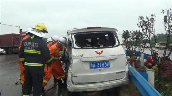 面包车违规超载引发事故 郑州消防紧急救援6人