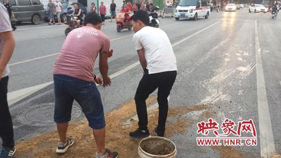 郑州道路现大面积油污存安全隐患 公交人员