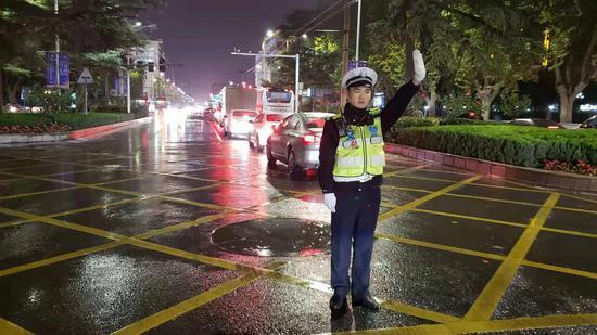 風雨中鄭州交警為你守護平安 保駕護航