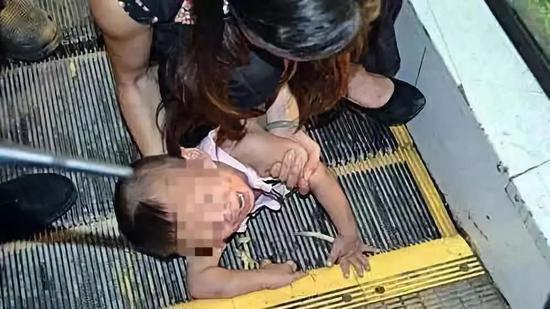 洛阳1岁女童手指被电梯夹断 破拆扶梯找到两截断指