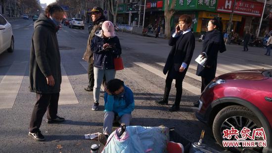 郑州一女子骑电动车在快车道上逆行 与轿车相撞受伤