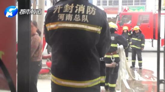 半小时后大火终于被控制,在三楼楼顶的一角消防员终于见到了被困的父子两人。