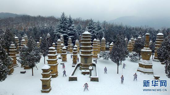 这是2018年1月4日无人机拍摄的河南省嵩山少林寺塔林雪景。新华社记者冯大鹏摄