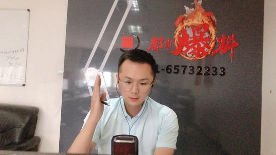 郑州男子手机买了俩月屏幕出现阴影 华为售后:检测硬件没问题