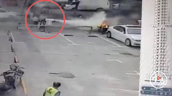 电动车街头爆燃即将引燃汽车 危急时刻俩保安动作帅了