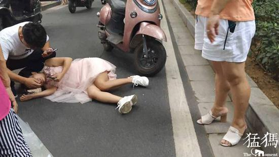 """郑州:小电电撞伤女子后提速""""闪人"""" 跑腿小哥见义勇为脱岗""""追逃"""""""