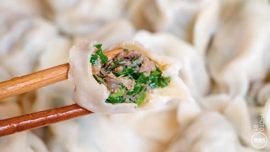 鲜掉牙鲅鱼饺子!汁浓味纯酸菜水饺!吃顿饺子开启仲秋时节