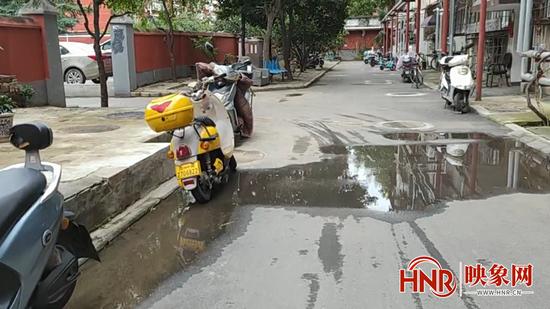 郑州一市民忘关水阀门 导致路面水流成河