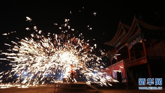 2月1日,民间艺人在河南省武陟县嘉应观景区表演打铁花。