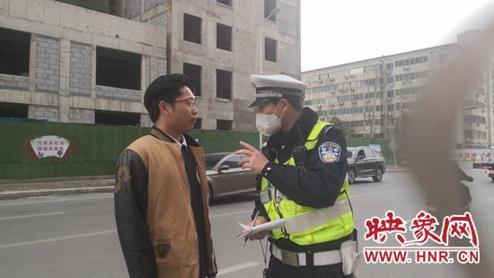 交警承诺可以不贴条,人必须在车旁等着