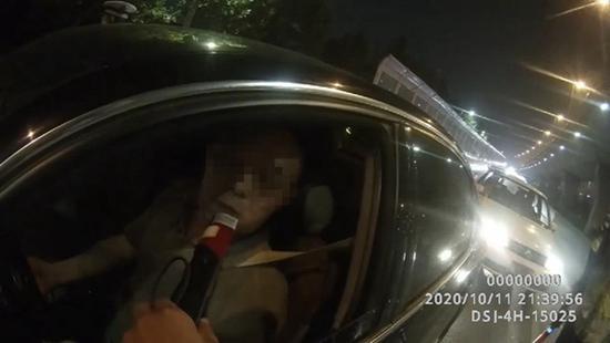 """郑州一司机酒驾被查吹快测棒8次 终于吹出""""真水平"""""""