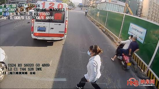 打开生命通道 郑州公交司机为120急救让路果断挪开护栏