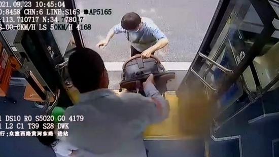 郑州女子带娃推婴儿车乘公交 车长4次帮其抬上抬下