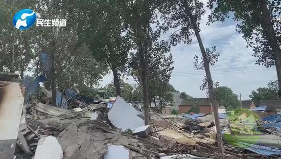 饭店门口停放的一辆白色轿车也受到波及,被炸毁↓↓↓