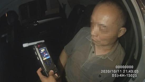 """郑州一司机酒驾被查还耍赖 吹8次 终于""""露馅"""""""