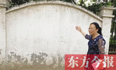 金祥社区书记刘艳霞向记者介绍老旧小区改造情况
