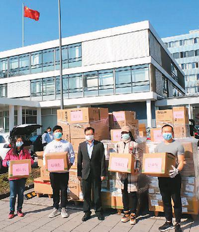 """德国萨尔学联成员在中国驻法兰克福总领馆领取""""健康包""""。"""