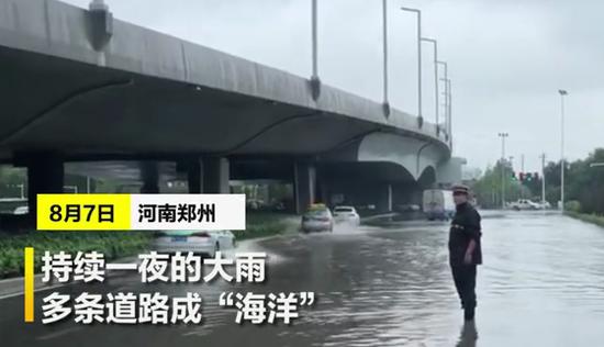 """郑州多条道路成""""海"""" 这些""""摆渡人""""现身街头深水中"""