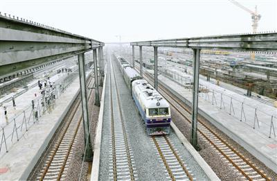 昨日,郑万高铁检测列车驶过郑州南站