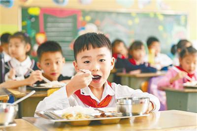 学生在校吃午餐