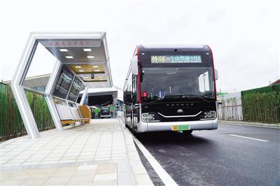 郑州:自动驾驶公交1号线开通 市民可免费乘车体验