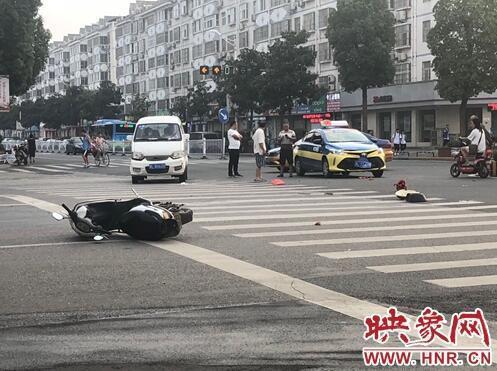"""漯河市出租车与电动车相撞 黄灯""""眨眼""""也未避免事故"""