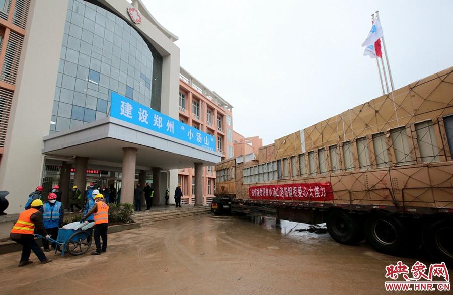 各种安装物资源源不断的运送进郑州市第一人民医院传染病医院