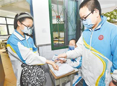 学生进教室前进行第三次测体温