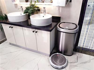 """郑州""""福寿街智能公厕""""建成 机器人与保洁员合作清洁"""