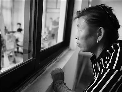 70岁的刘瑞侠在窗外认真听课。 本版图片 马志亚 摄