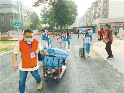 郑州钱学森实验学校志愿者运送行李