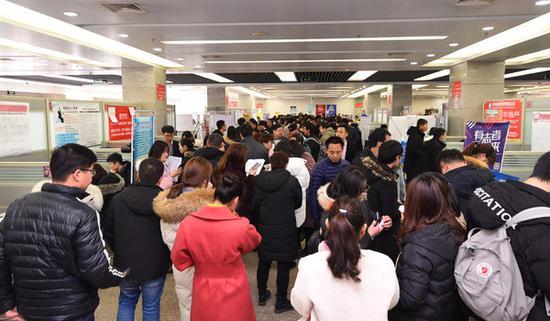 河南今年最大招聘会闭幕:提供岗位7万余个_中原网视台